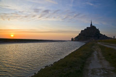 Mont San Michel dans le coucher du soleil image libre de droits