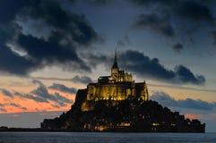 Mont St Michel bij nacht Stock Afbeeldingen