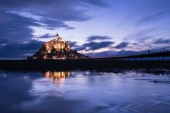 Mont St Michel con la riflessione dell'acqua durante la notte fotografie stock libere da diritti