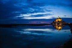 Mont St. Michel dacht in het overzees na bij zonsondergang royalty-vrije stock fotografie