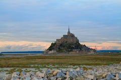 Mont St Michel en la puesta del sol, Francia Imagen de archivo libre de regalías