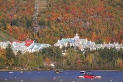 Mont Tremblant湖和村庄有秋天颜色的,魁北克 免版税图库摄影