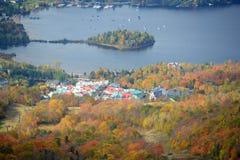与秋叶,魁北克,加拿大的Mont Tremblant 库存图片