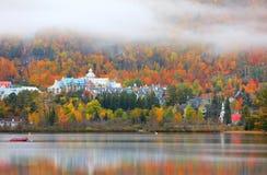 Mont Tremblant-dorp in de herfsttijd stock afbeelding