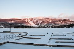 MONT-TREMBLANT, QUEBEC, CANADA - 28 DECEMBER 2017: De winterlandschap van Ski Resort met Bevroren Meer, Ski Slopes, Dokken en Bla Stock Afbeeldingen