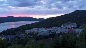 Mont Tremblant Village en la puesta del sol fotos de archivo
