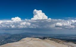 Mont Ventoux、看法云彩和背景的山顶  免版税库存照片