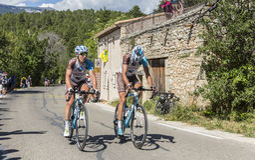 Mont Ventoux -环法自行车赛的两个骑自行车者2016年 库存图片