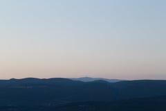 Mont Ventoux y otras colinas vistos del Rosellón en la puesta del sol Imagen de archivo