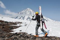 Montañés del esquí que sube en la montaña en el volcán del fondo Imagen de archivo libre de regalías
