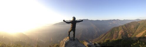 Montañés en cumbre Imagenes de archivo