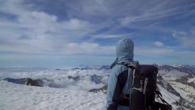 Montañés en las montañas almacen de metraje de vídeo