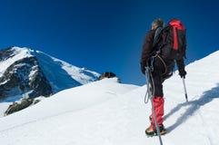 Montañés que camina en el glaciar durante la subida de Mont Blan Imagen de archivo libre de regalías