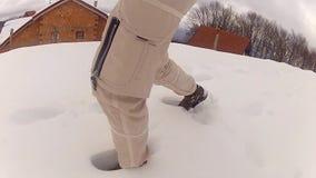 Montañés que camina en nieve almacen de metraje de vídeo