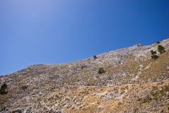 Montaña árida y un cielo azul Imágenes de archivo libres de regalías