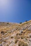 Montaña árida y un cielo azul Foto de archivo