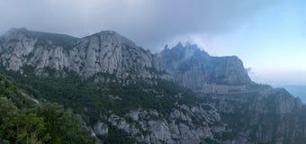 Montaña alta cerca del monasterio de Santa Maria de Montserrat adentro Imagen de archivo