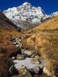 Montaña Annapurna y campo bajo de Annapurna imágenes de archivo libres de regalías