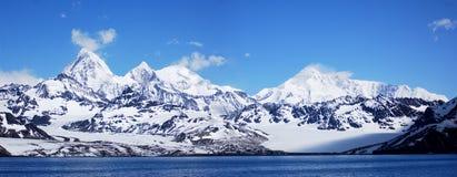 Montaña antártica en un cielo azul