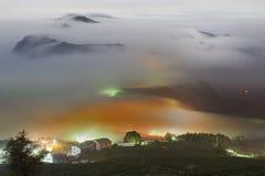 Montaña asombrosa de la nube con las montañas y el árbol Imagen de archivo