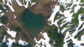 Montaña azul del lago Vachkazhets, Islandia Kamchatka metrajes