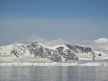 Montaña bajo el cielo azul Imagenes de archivo