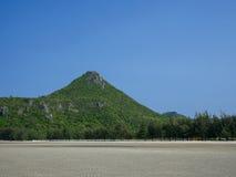 Montaña bajo el cielo azul foto de archivo