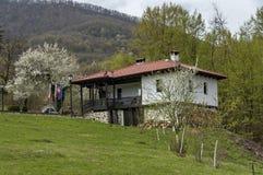 Montaña balcánica y monasterio Svety Teodor Tiron Fotografía de archivo