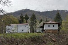 Montaña balcánica y monasterio Svety Teodor Tiron con la iglesia Fotografía de archivo libre de regalías