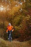 Montaña biking abajo del rastro Turista con viaje de la mochila en la bici Imagen de archivo libre de regalías