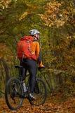 Montaña biking abajo del rastro Turista con viaje de la mochila en la bici Foto de archivo libre de regalías