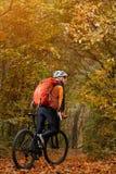 Montaña biking abajo del rastro Turista con viaje de la mochila en la bici Fotografía de archivo
