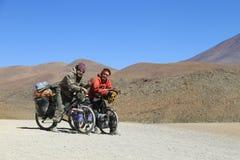 Montaña Biking en el desierto de Uyuni, Bolivia Foto de archivo libre de regalías