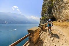 Montaña biking en el lago Garda, della Ponale, Riva del G de Sentiero Imagen de archivo libre de regalías