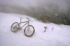 Montaña biking en Goverla en el Año Nuevo Imágenes de archivo libres de regalías