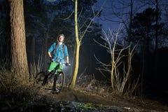 Montaña biking en la oscuridad fotos de archivo libres de regalías