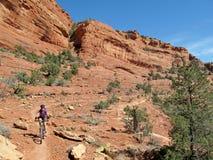 Montaña biking en las rocas rojas, Sedona, los E.E.U.U. de la mujer Fotos de archivo libres de regalías