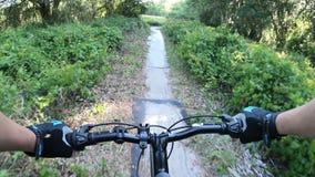 Montaña biking en un parque central de la Florida almacen de video