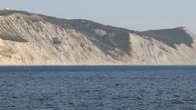 Montaña calva de la roca de la costa del Mar Negro almacen de metraje de vídeo