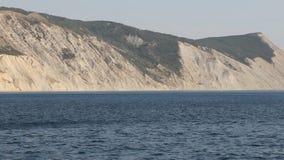 Montaña calva de la roca de la costa del Mar Negro metrajes