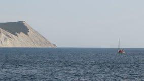 Montaña calva de la roca de la costa del Mar Negro almacen de video