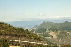 Montaña, camino y nube, cielo azul en Lung Cu Imágenes de archivo libres de regalías