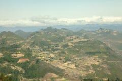Montaña, camino y nube, cielo azul en Lung Cu Fotografía de archivo