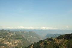 Montaña, camino y nube, cielo azul en Lung Cu Fotos de archivo