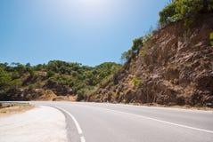 Montaña, camino y un cielo azul Imágenes de archivo libres de regalías