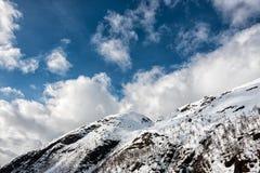 Montaña caped nieve fotos de archivo libres de regalías