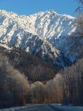 Montaña capsulada nieve junto a Haines Highway Fotos de archivo libres de regalías