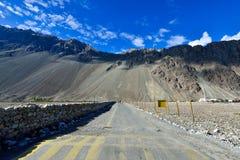 Montaña con el cielo azul Imagen de archivo libre de regalías