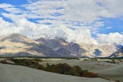 Montaña con el cielo azul Imagenes de archivo