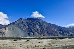 Montaña con el cielo azul Imágenes de archivo libres de regalías